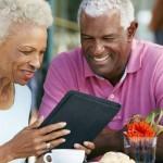 Dois em cada dez idosos brasileiros usam a internet para fazer compras, mostra pesquisa do SPC