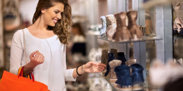 consumidora-sapato-loja-varejo