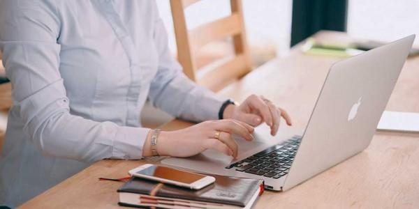 pessoa-estudando-no-computador